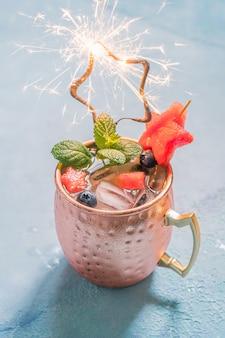 Patriotyczny koktajl moscow muła z arbuzem i jagodami