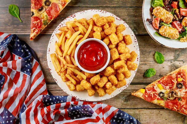 Patriotyczny stół imprezowy z pysznym jedzeniem na amerykańskie wakacje.