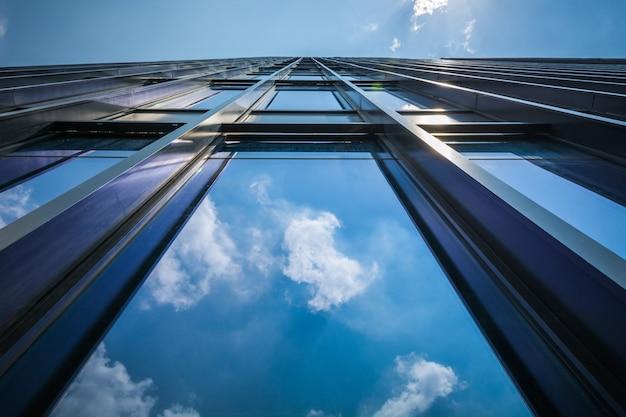 Patrząc na nowoczesne budynki komercyjne w chińskiej strefie ekonomicznej kunshan
