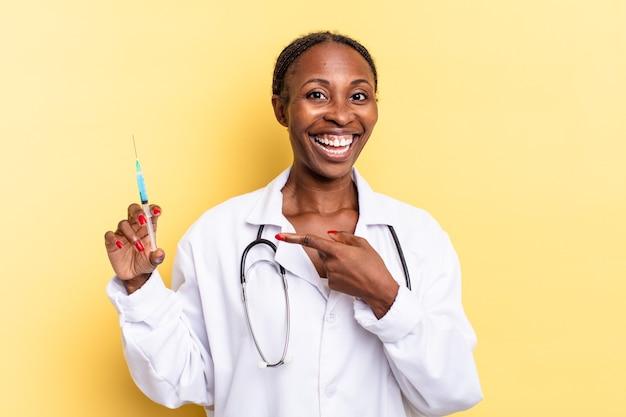 Patrząc podekscytowany i zaskoczony, wskazując na bok i w górę, aby skopiować przestrzeń. koncepcja lekarza i strzykawki