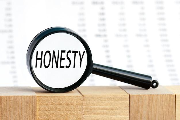 Patrząc przez lupę na słowo uczciwość, koncepcja biznesowa.