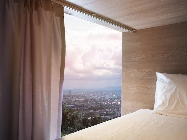 Patrząc przez widok z sypialni kapsułki w hostelu