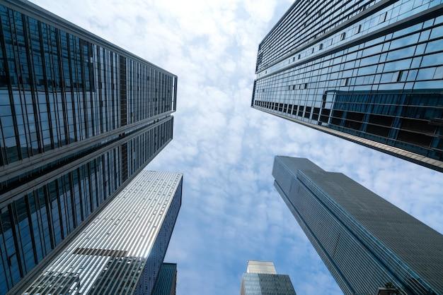 Patrząc w górę niebieski nowoczesny budynek biurowy