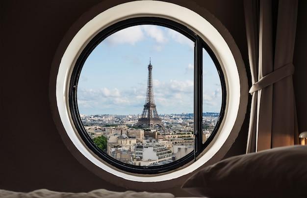 Patrzeć przez okno, wieży eifla sławny punkt zwrotny w paryż, francja. wakacje w europie