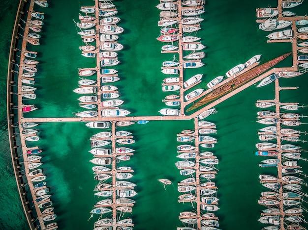 Patrzeć w dół na zacumowane łodzie.