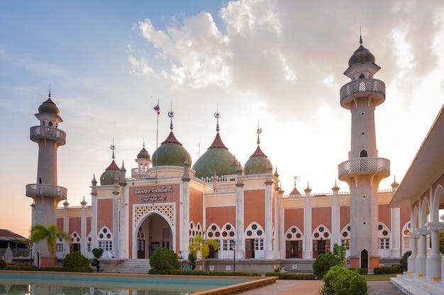 Pattani, tajlandia - 30 lipca 2012: pattani central mosque jest miejscem kultu dla islamu. zewnętrzny budynek przed meczetem jest jednym z najpiękniejszych miejsc kultu religijnego w tajlandii.