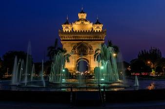 Patuxai zabytek w wieczór, punkt zwrotny Vientiane kapitał Laos.