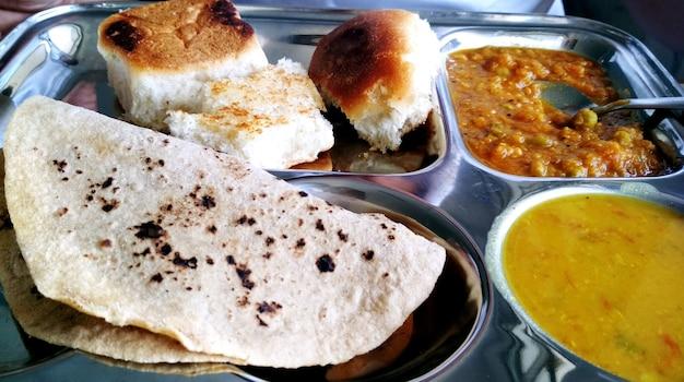 Pav bhaji to danie typu fast food z indii, gęste i pikantne warzywne curry, smażone i podawane z miękką bułką/bun paav i masłem