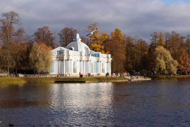 Pawilon groty w parku katarzyny jesienią