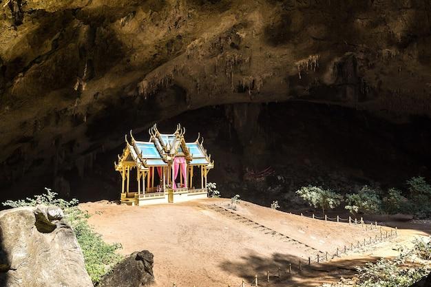 Pawilon królewski w jaskini phraya nakorn w tajlandii