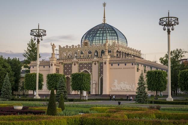 Pawilon republiki kazachstanu na wystawie osiągnięć gospodarczych vdnh w moskwie rosja