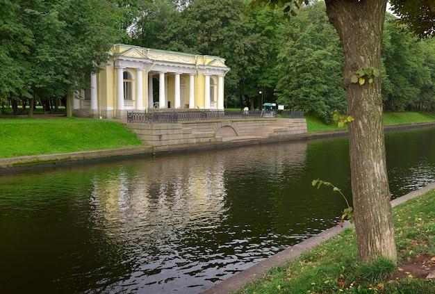 Pawilon rossi w ogrodzie michajłowskim mały pałac odbija się w wodzie moika
