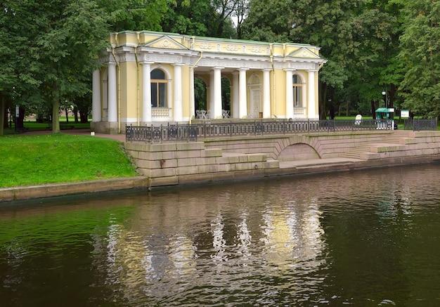 Pawilon rossi w ogrodzie michajłowskim mały pałac odbija się w wodzie