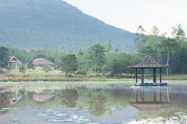 Pawilon w środku basenu