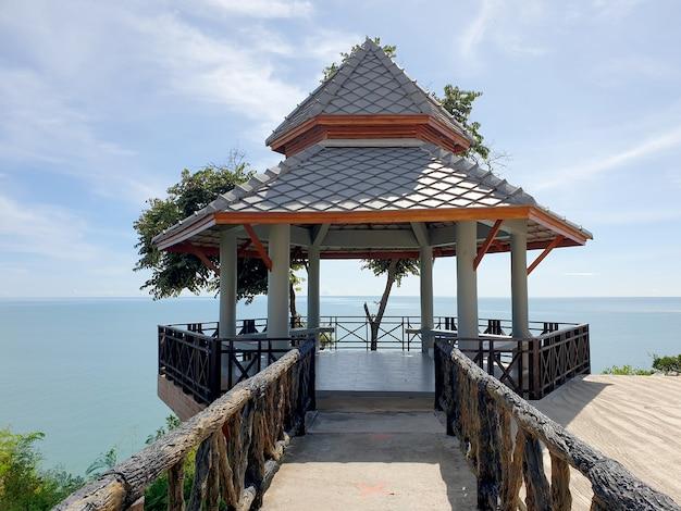 Pawilonowa krawędź malowniczej trasy wzdłuż wybrzeża zatoki tajlandzkiej