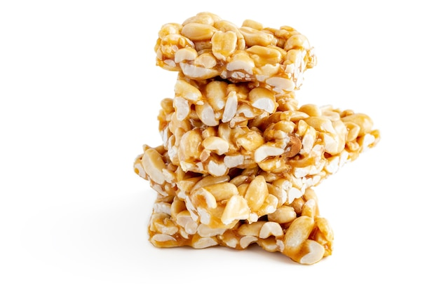 Peanut brittle bary (indian peanut chikki) na białym tle.