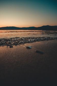 Pęcherzyki na piasku podczas ciemnego zachodu słońca