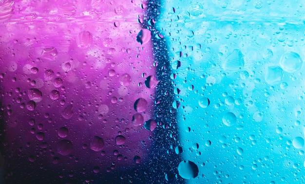 Pęcherzyki to mała kolumna cieczy, całkowicie ograniczona. abstrakcjonistyczny tło purpurowy i klasyczny błękitny trend barwi 2020. selekcyjna ostrość