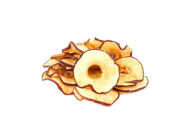 Pęczek chipsów jabłkowych na białym tle na białej ścianie z bliska