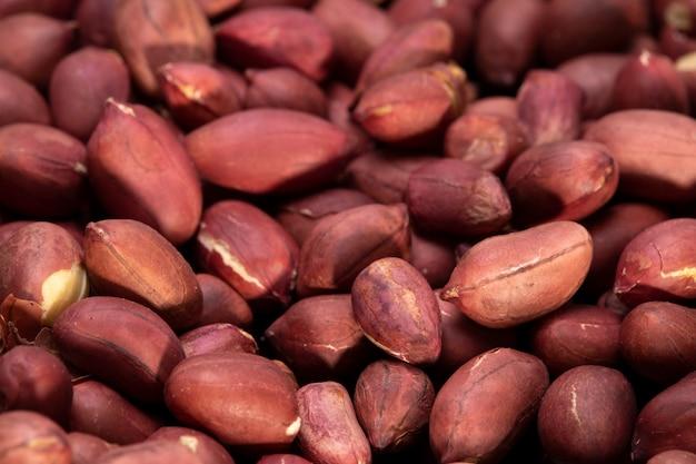 Pęczek czerwonych orzeszków ziemnych. naturalne orzechy