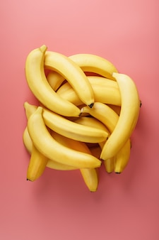 Pęczek dojrzałych żółtych bananów