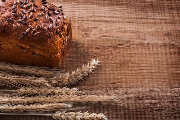 Pęczek kłosów pszenicy bochenek chleba