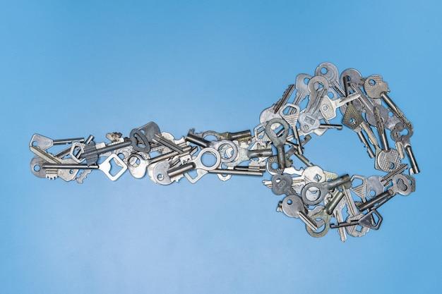 Pęczek kluczy w kształcie dużej koncepcji klucza