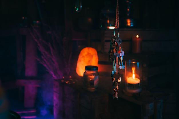 Pęczek kluczy wisi w warsztacie mistycznej bajki