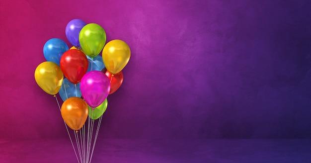 Pęczek kolorowych balonów na fioletowej powierzchni