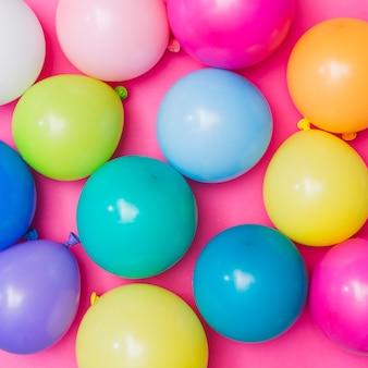 Pęczek kolorowych balonów