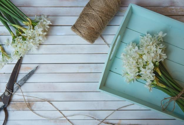 Pęczek kwiatów ciętych i dzianych rustykalnymi nićmi