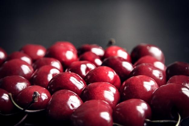 Pęczek organicznych świeżych wiśni. tapeta w tle