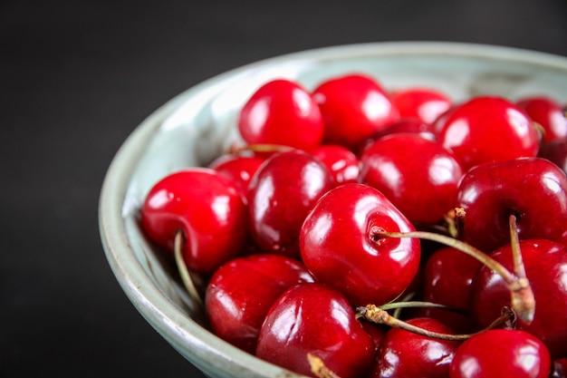 Pęczek organicznych świeżych wiśni w misce