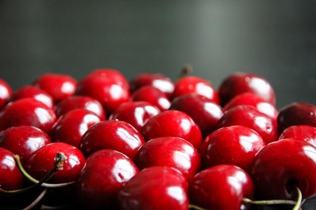 Pęczek organicznych świeżych wiśni