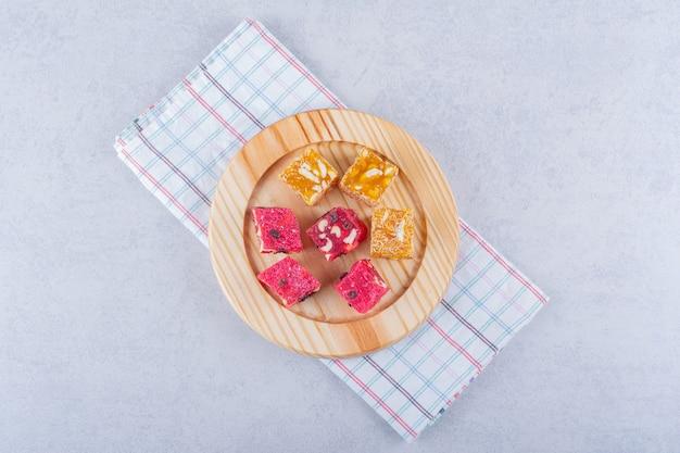 Pęczek pulpy z suszonych owoców z orzechami na drewnianym talerzu.