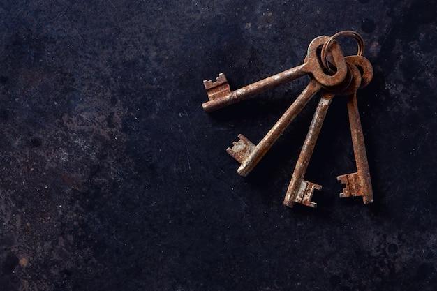 Pęczek starych zardzewiałych kluczy na pierścionku