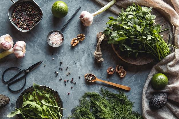 Pęczek świeżego ekologicznego koperku, szpinaku, rukoli i dymki na rustykalnym drewnianym stole