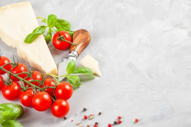 Pęczek świeżej bazylii, pomidorów, parmezanu