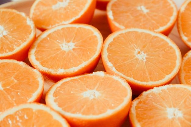 Pęczek świeżych organicznych pomarańczy w plasterkach na tacy