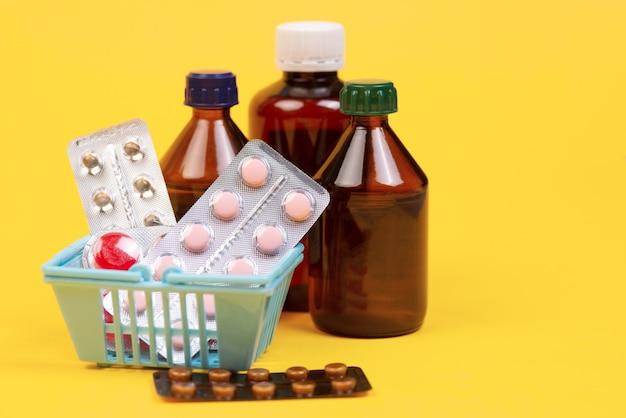 Pęczek tabletek w koszyku na żółto