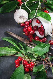 Pęczek wiśni z jagodami i liśćmi