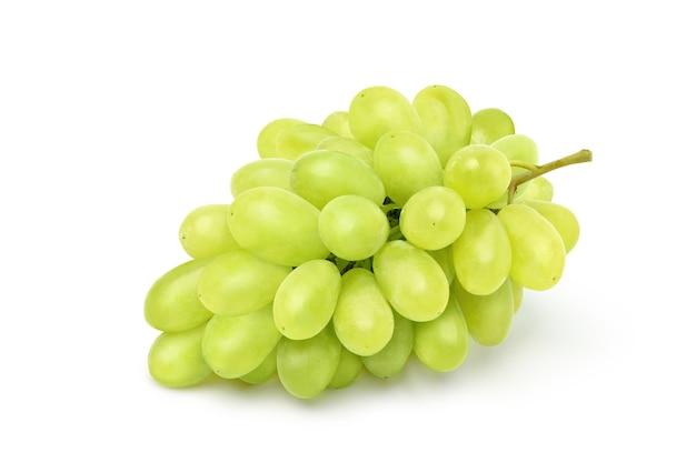 Pęczek zielonych winogron solated na białym tle. ścieżka przycinająca