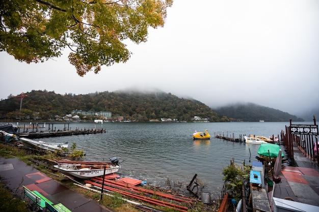 Pedałowa łódź w inawashiro jeziorze