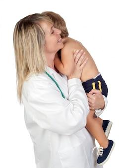 Pediatra kobieta z okaleczającym dzieckiem odizolowywającym na białym tle