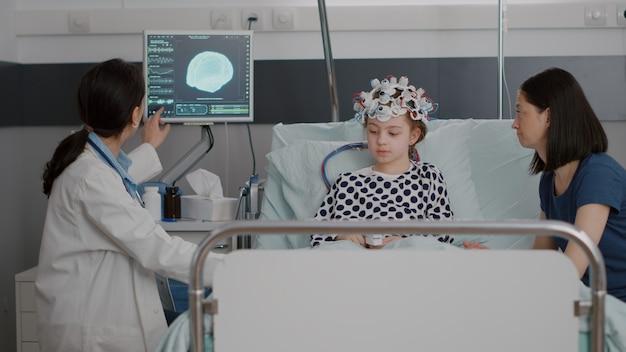 Pediatra lekarz kobieta lekarz omawianie wiedzy o ewolucji choroby