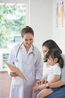 Pediatra pokazujący receptę