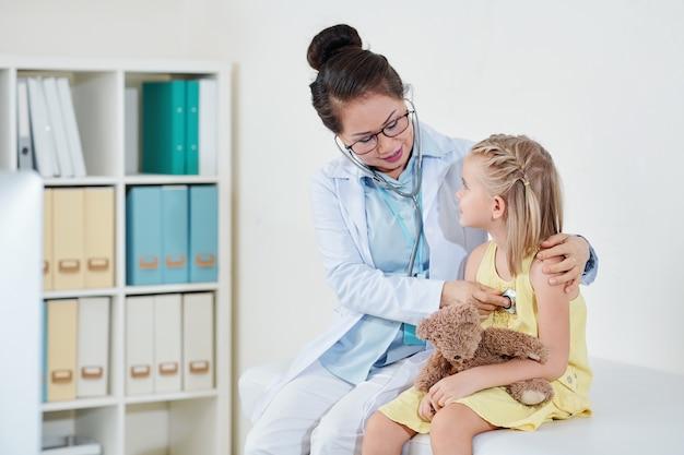Pediatra sprawdzający oddychanie