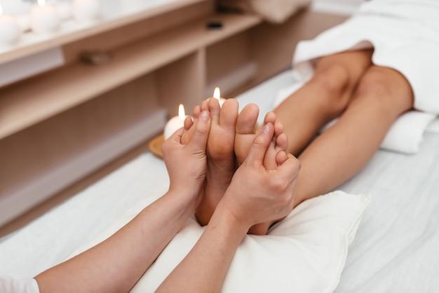 Pedicure i masaż stóp. kobieta w salonie kosmetycznym do pedicure i masażu stóp.