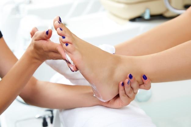 Pedicure nawilżające wepchnie po zgięciu stopy