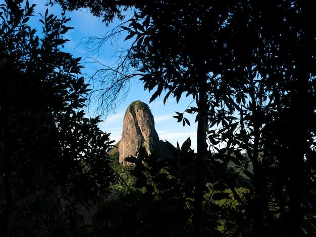 Pedra do bau rockowa góra w brazylii w naturalnej czarnej ramie